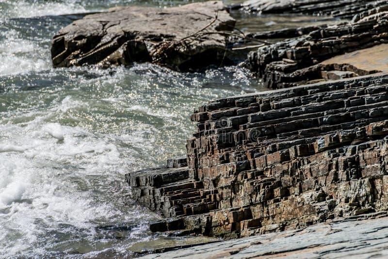 Dépôts posés d'argillite sur la berge photo libre de droits
