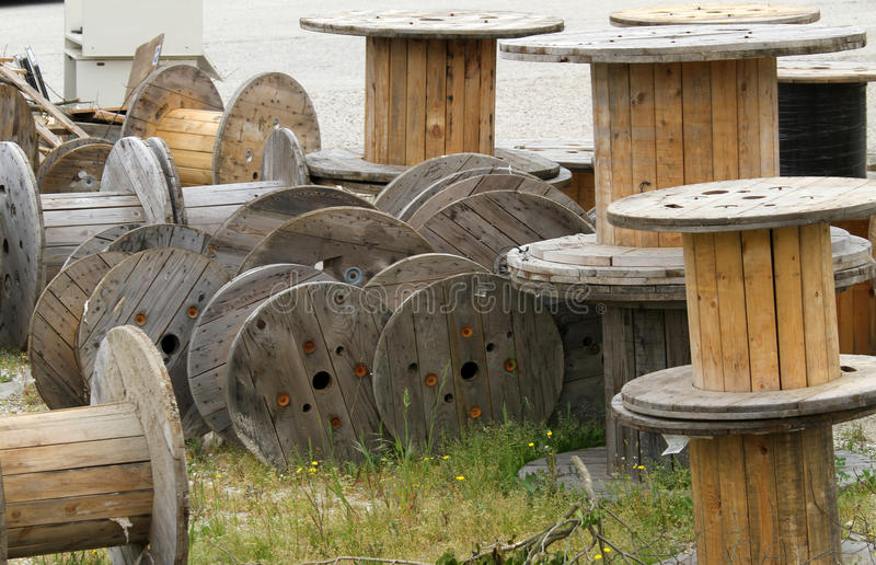 dépôt en bois de bobines pour le câble électrique photo stock