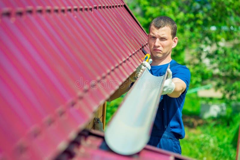 Dépanneur avec un tuyau pour évacuer l'eau le toit image libre de droits