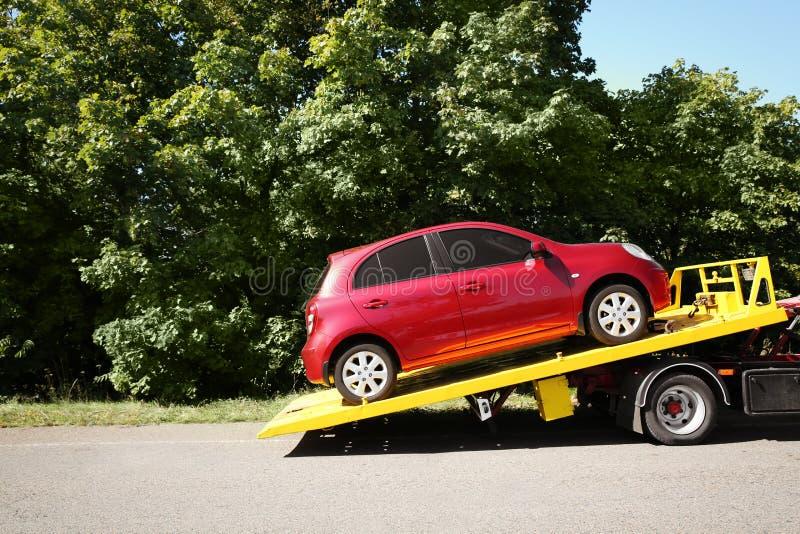 Dépanneuse avec la voiture cassée sur la route de campagne images stock