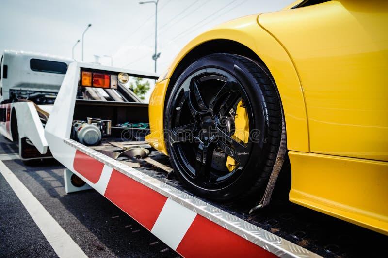 Dépanneuse de couche horizontale chargeant un véhicule cassé images libres de droits