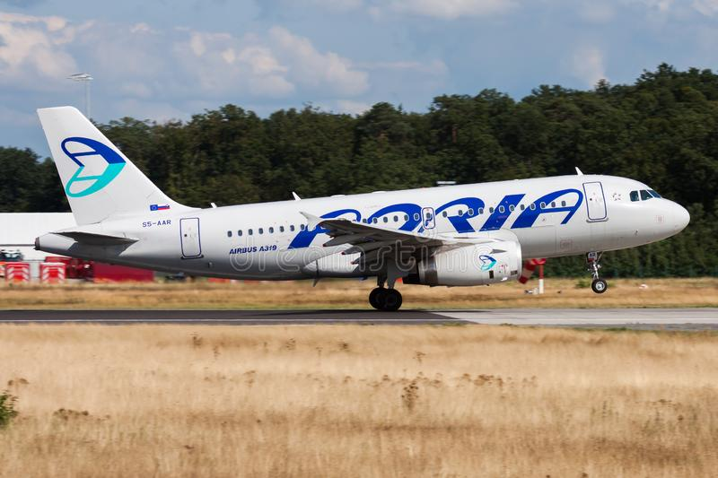 Départ d'avion de passagers d'Adria Airways Airbus A319 S5-AAR à l'aéroport de Francfort image stock