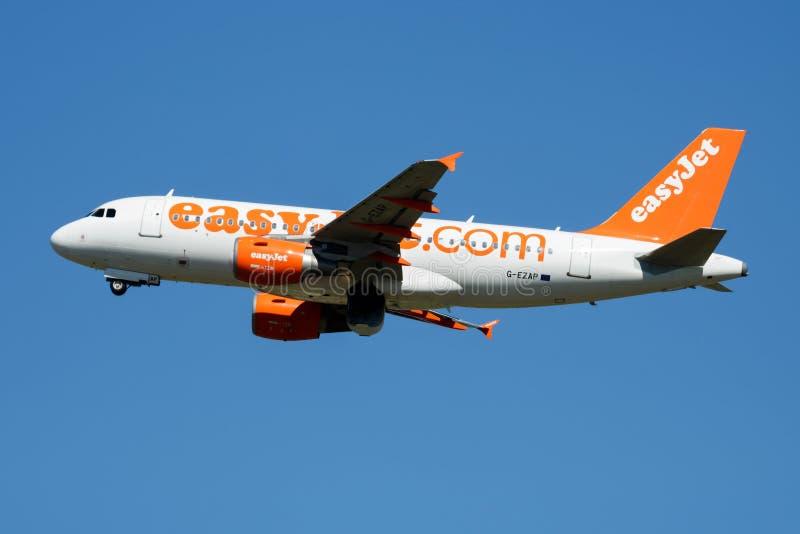 Départ d'avion de passagers d'EasyJet Airbus A319 G-EZAP à l'aéroport de Madrid Barajas photos stock