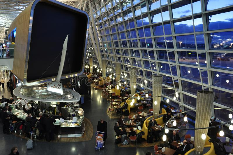 Départ riche Hall Restaurants de ¼ de l'aéroport ZÃ, barres, salons et PA photos libres de droits