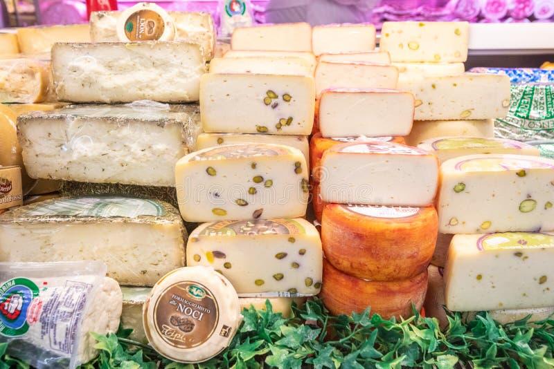 Département de fromage Variété de fromages italiens Étalage avec différents laitages photo stock