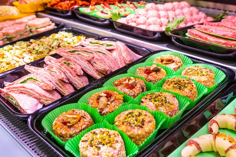 Département de viande, étalage avec la variété de viande dans différentes coupes photographie stock