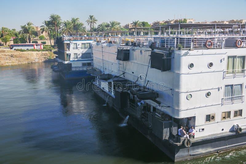 Dépassement des bateaux de croisière du Nil images libres de droits