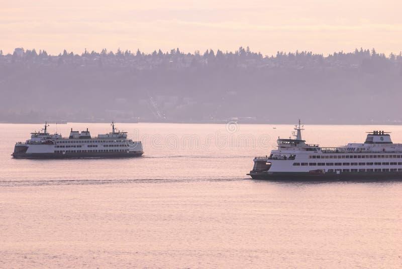 Dépassement des ferries sains de transit au crépuscule image stock