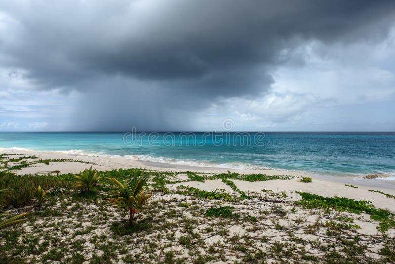 Dépassement du nuage de tempête au-dessus de l'océan, Anguilla, les Anglais les Antilles, BWI, des Caraïbes photographie stock libre de droits
