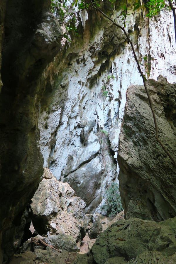 Dépassement entre les roches au parc khao-Sam-ROI-yot national photographie stock libre de droits