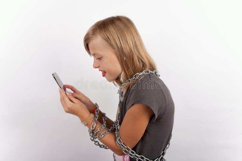 Dépendance de Smartphone avec des chaînes photos stock