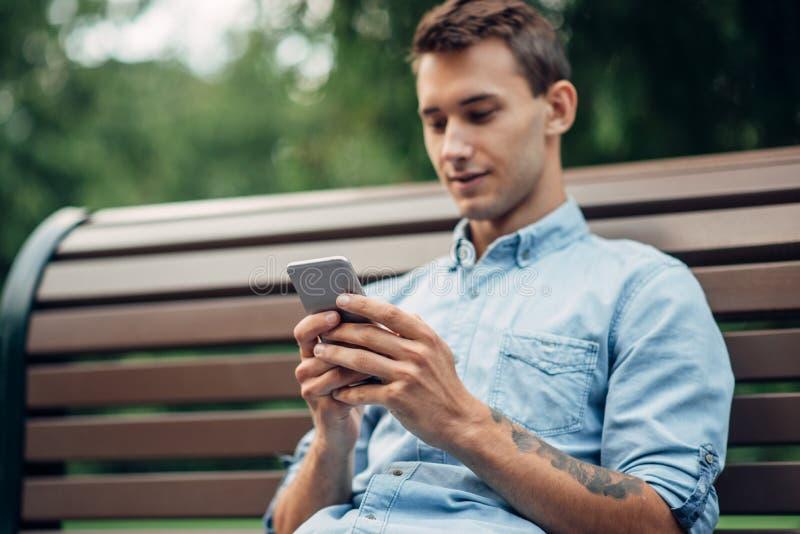 Dépendance de téléphone, homme d'intoxiqué à l'aide du smartphone photos stock