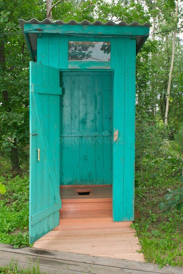 Dépendance ou salle de bains extérieure photo stock