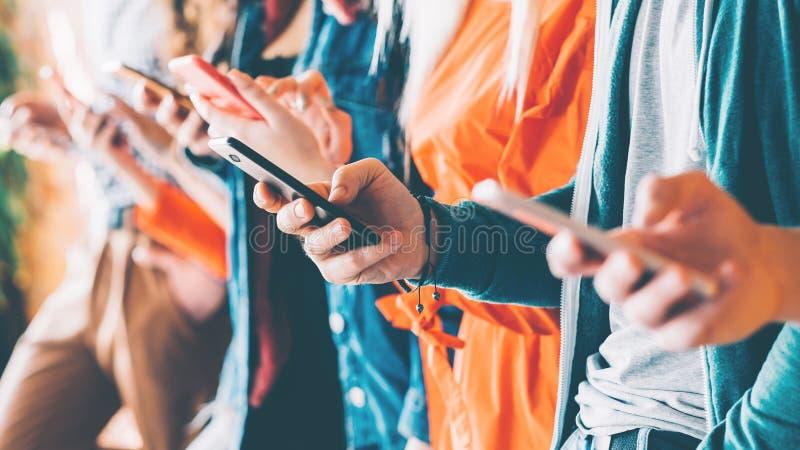Dépendance sociale de services de mise en réseau de Millennials photos libres de droits