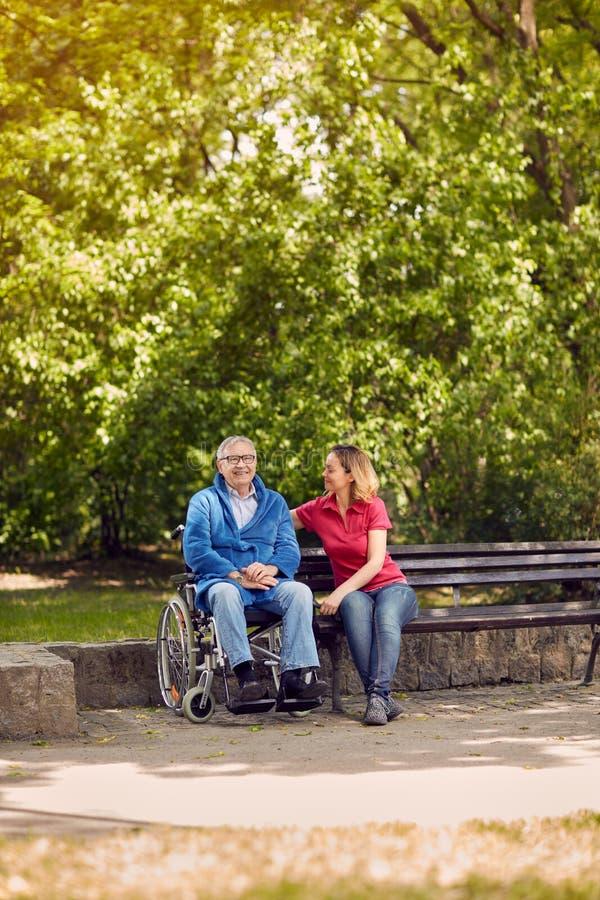 Dépenser la fille gaie de temps ensemble avec son fathe handicapé images stock
