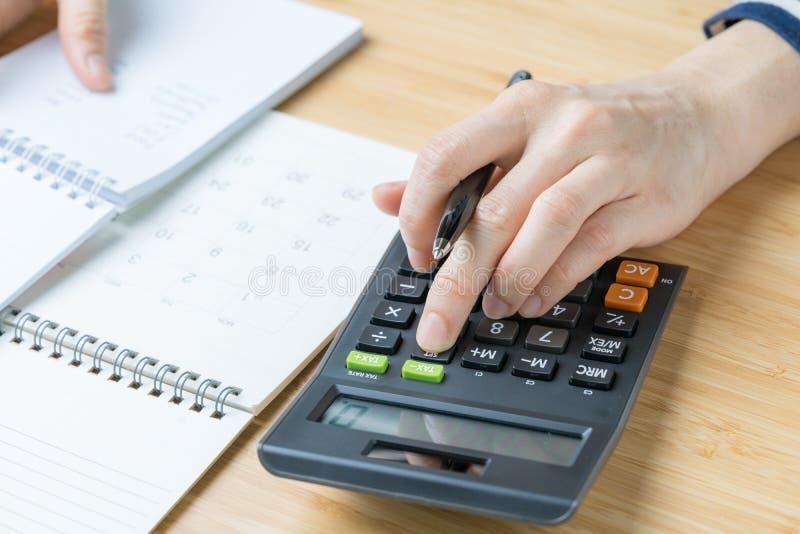 Dépenses, concept de calcul de budget, stylo de participation femelle de main calorie images stock