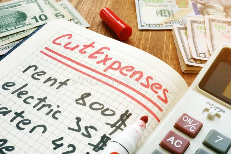 Dépenses coupées pour le budget à la maison mensuel Note et calculatrice image stock