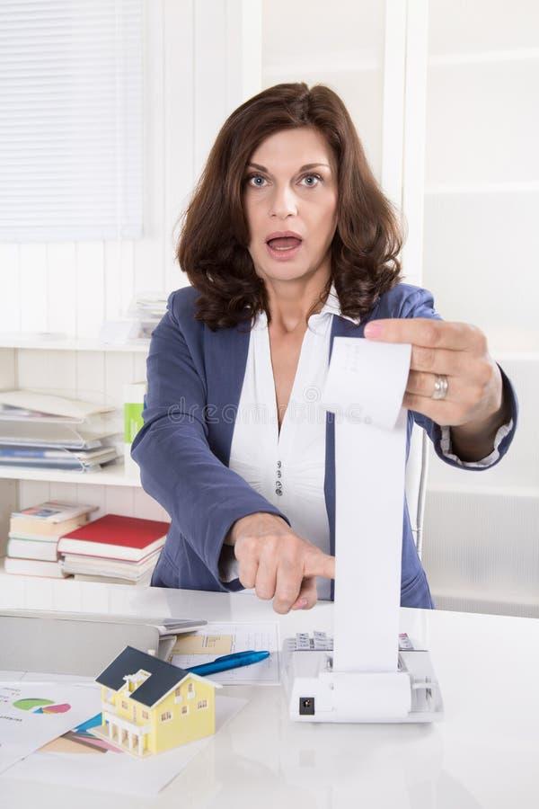 Dépenses de contrôle choquées et frustrées de femme d'affaires image stock