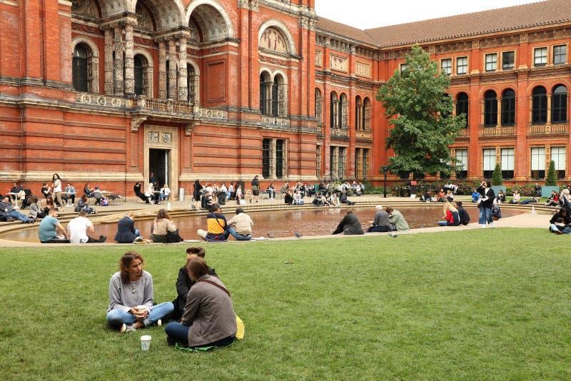 Dépenses de personnes leurs dimanche après-midi dedans la cour chez Victoria et Albert Museum à Londres photos libres de droits