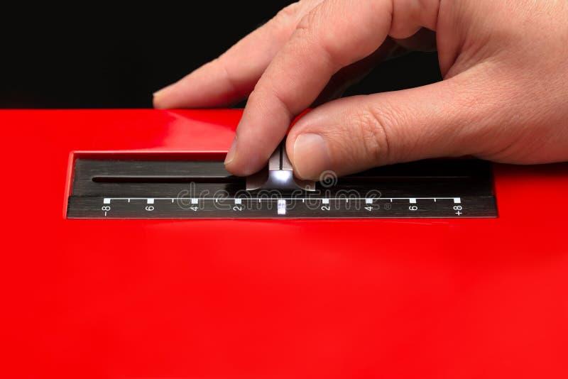 Déplaçant l'affaiblisseur de la plaque tournante à la main photo stock