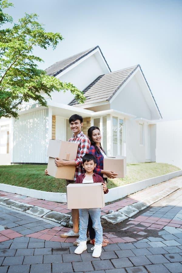 Déplacement asiatique dans la boîte en carton de transport de nouvelle maison image libre de droits