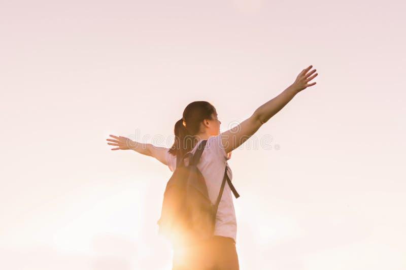 Déplacement augmentant l'inspiration se baladante de succès de coucher du soleil photos stock