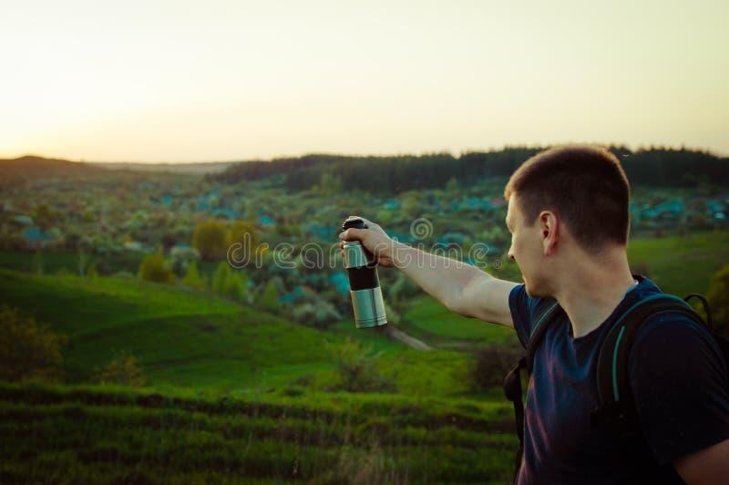 Déplacement augmentant l'inspiration se baladante de succès de coucher du soleil photographie stock libre de droits