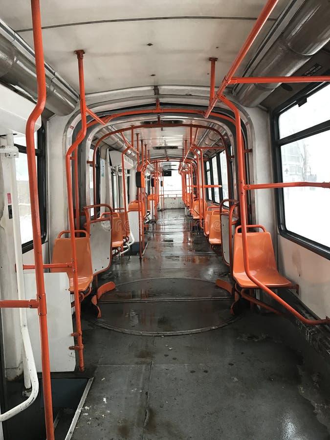 Déplacement avec un tram vide en hiver photographie stock libre de droits