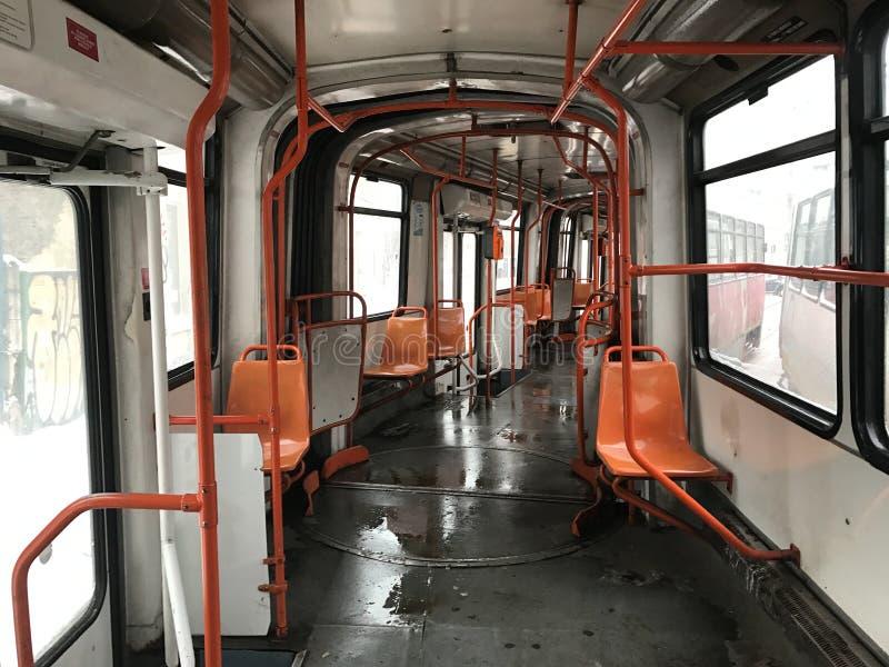 Déplacement avec un tram vide en hiver images stock