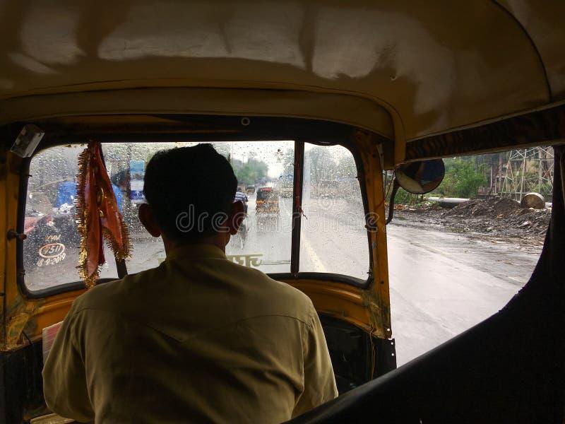 Déplacement dans le riksha automatique dans la mousson au maharashtra INDE de dombivali images libres de droits
