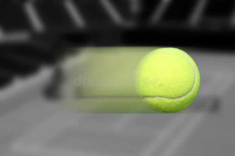 Déplacement de balle de tennis photographie stock libre de droits