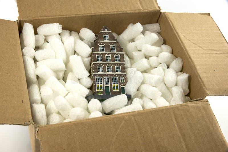 Déplacement de la maison dans la boîte en carton photo stock