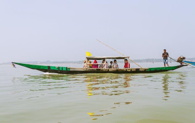 Déplacement de touristes sur le bateau au lac Chilika photo stock
