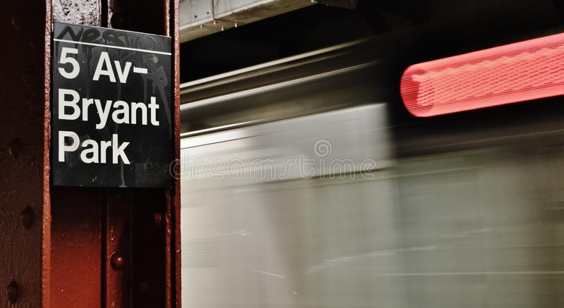 Déplacement de train rapide de MTA Fifth Avenue Bryant Park Train Station Platform de New York City photographie stock libre de droits