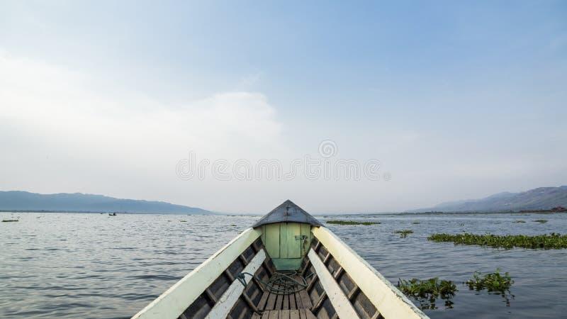 Déplacement en bateau sur le lac asia sur une aventure avec le beaux ciel et nuages à l'arrière-plan photos stock