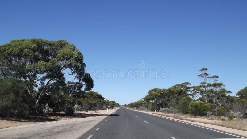 Déplacement le long de la route d'Eyre à travers les plaines de Nullarbor photos libres de droits