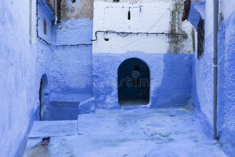 Déplacement par les belles rues de la Médina Chefchaouen bleu au Maroc photographie stock