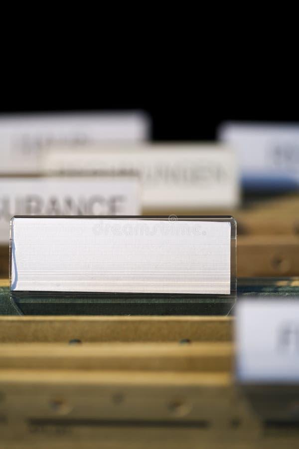 Dépliant de fichier avec l'étiquette blanc dans le meuble d'archivage photo libre de droits