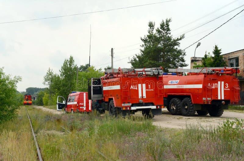 Déploiement des camions de pompiers au chemin de fer image stock