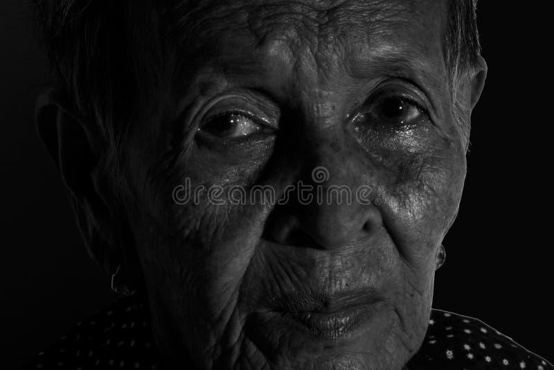 Déprimé triste de portrait supérieur isolé de femme, émotion, sentiments, réfléchi, supérieurs, dame âgée, attente, sombre, inqui images stock