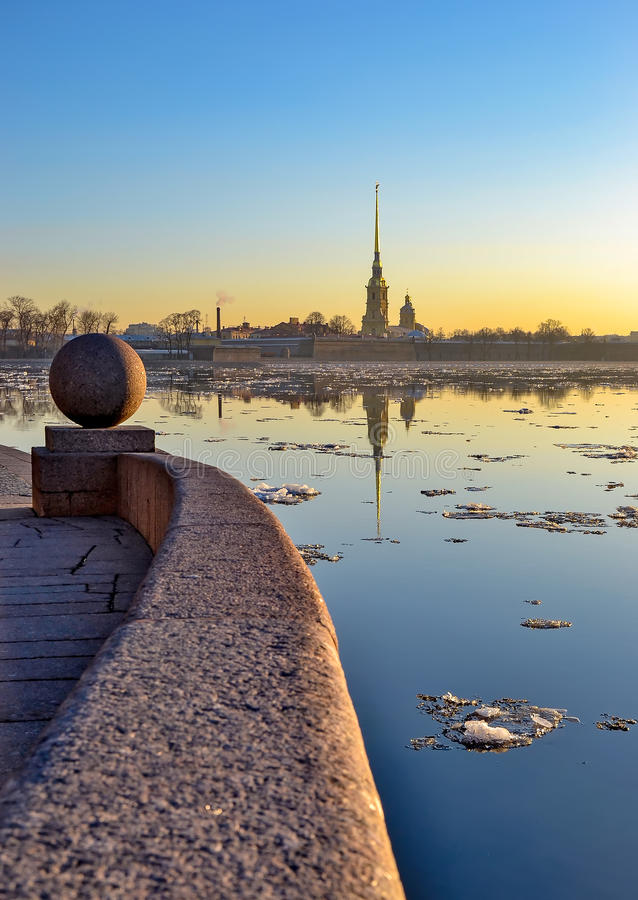 Dérive de glace sur Neva photos stock