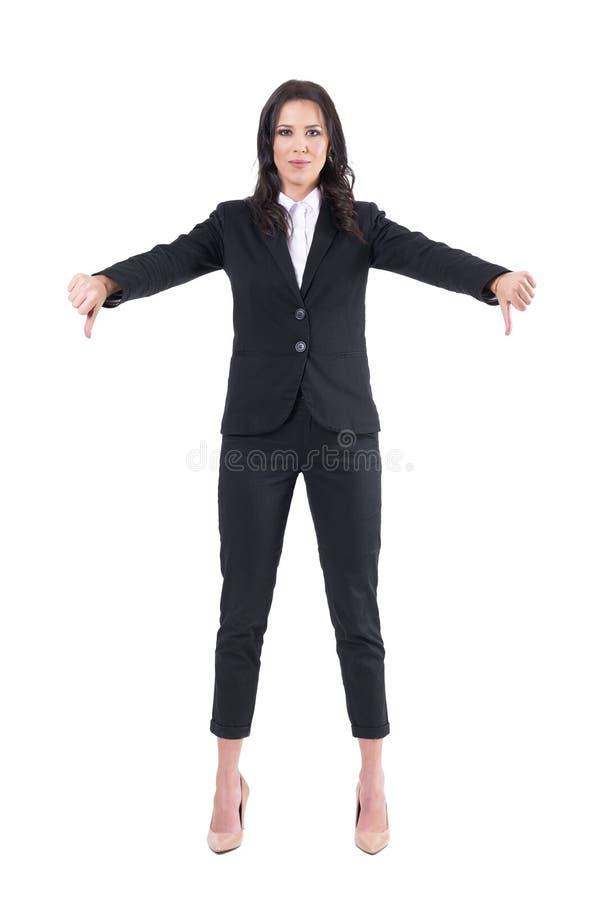 Désapprobation sûre de sourire d'apparence de femme d'affaires avec des pouces en bas de geste photo libre de droits