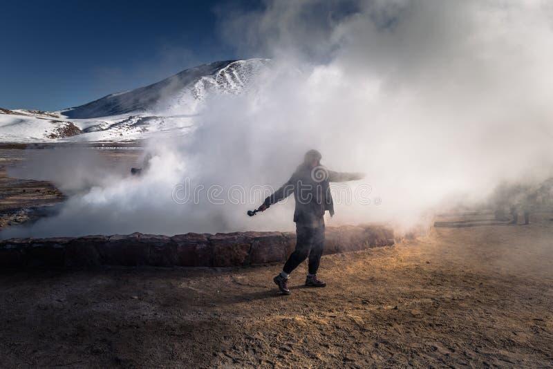 Désert d'Atacama, Chili - 17 juillet 2017 : Voyageur dans les geysers d'EL Tatio dans le désert d'Atacama, Chili photo libre de droits
