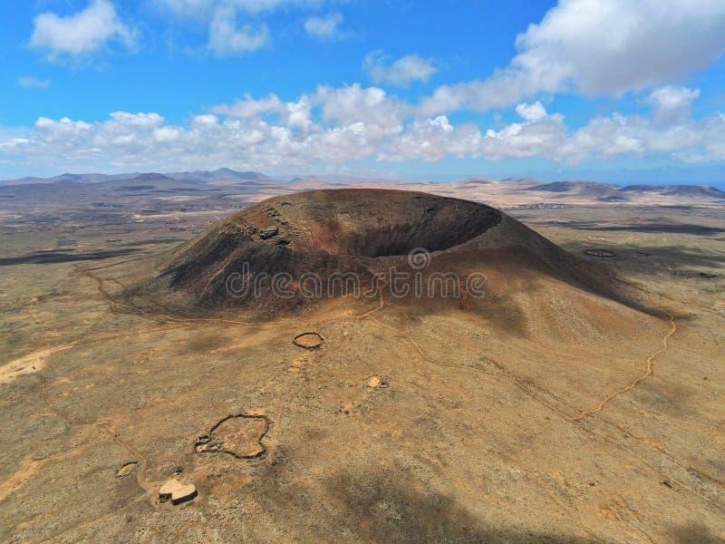 Désert de Fuerteventura de vue aérienne de cratère de volcan images libres de droits
