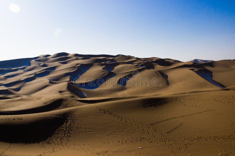 Désert de Kumtag, le Xinjiang, neigeant images stock