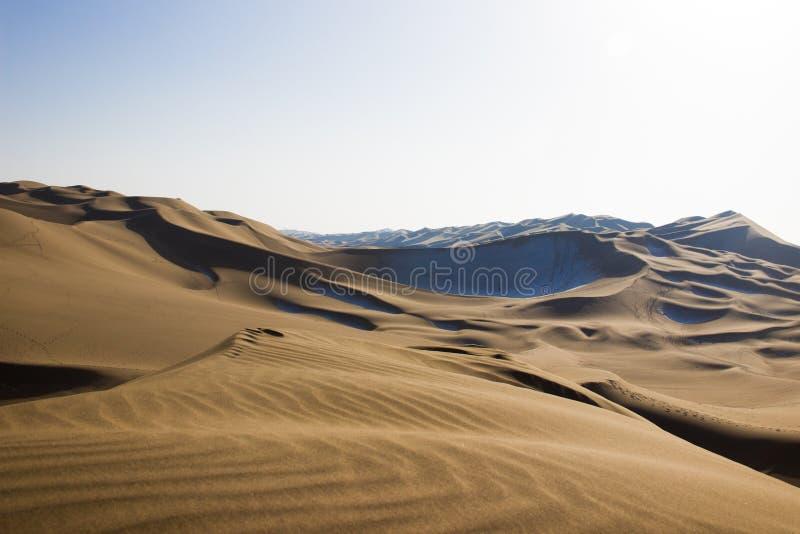 Désert de Kumtag, le Xinjiang, neigeant photographie stock libre de droits