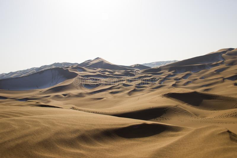 Désert de Kumtag, le Xinjiang, neigeant photos stock