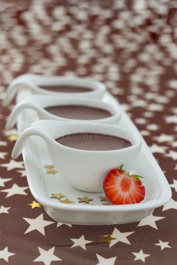 Désert de mousse de chocolat avec la fraise photos stock