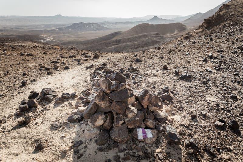 Désert de pierre d'inscription de signe de marqueur de cairn de canard de traînée de pionnier photo libre de droits