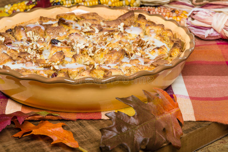 Désert de pudding de pain de raisin sec avec des décorations de chute photographie stock